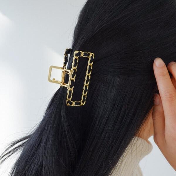 ゴールドチェーンにブラックがポイントのヘアクリップ