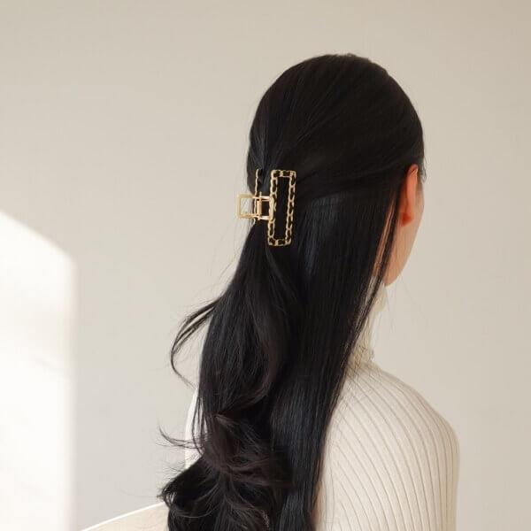 ゴールドチェーンにブラックがポイントのヘアクリップ装着画像
