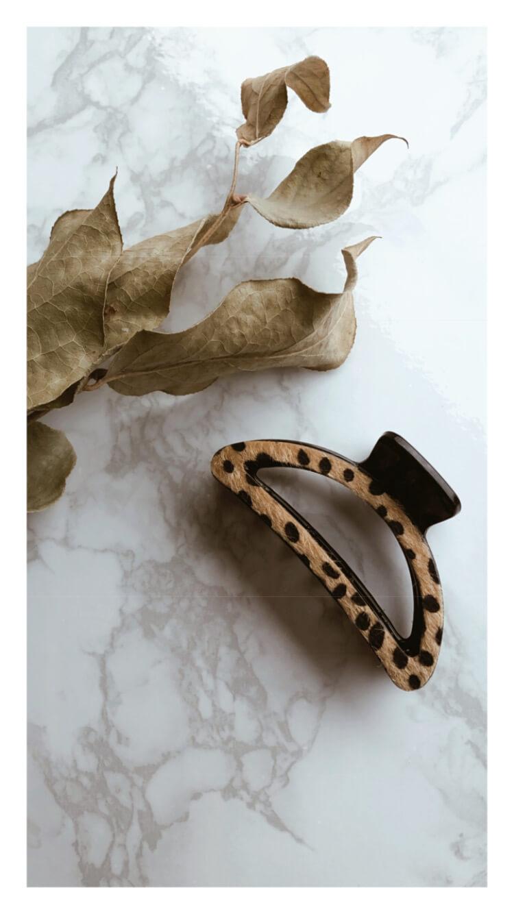レオパード柄がポイントでおとなかわいいヘアクリップ装着画像
