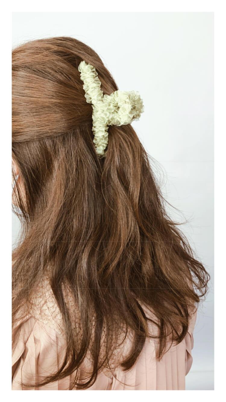 フリルがかわいい韓国芸能人も愛用するヘアクリップ オリーブ装着画像