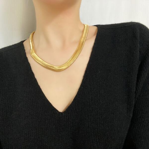 韓国ゴールドネックレス装着画像